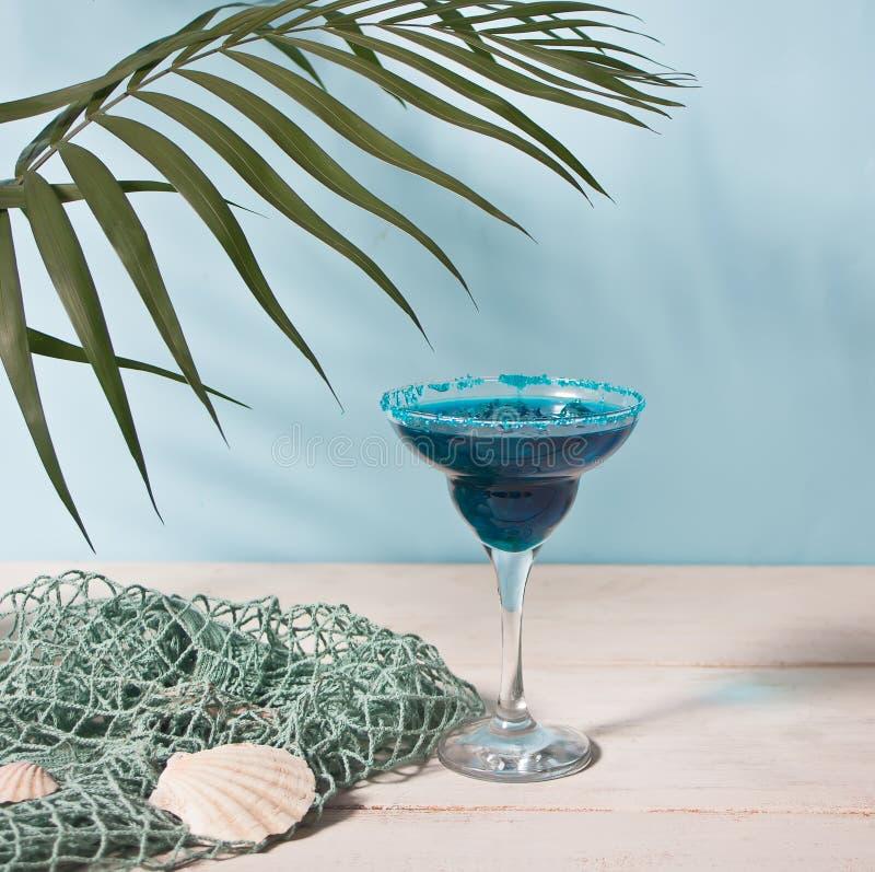 Verre de cocktail bleu Cocktai hawaïen, cocktail de lagune, Curaçao images libres de droits