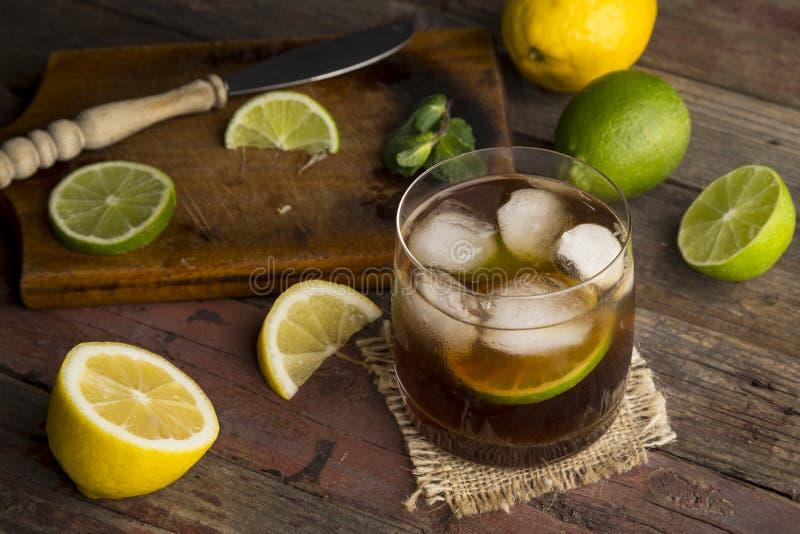 Verre de cocktail froid du Cuba Libre photo stock