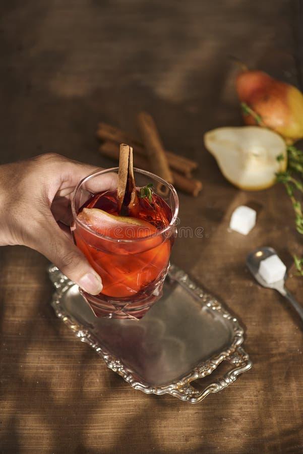 Verre de cocktail de poire de cidre ou de limonade, bâtons de cannelle, anis photographie stock libre de droits