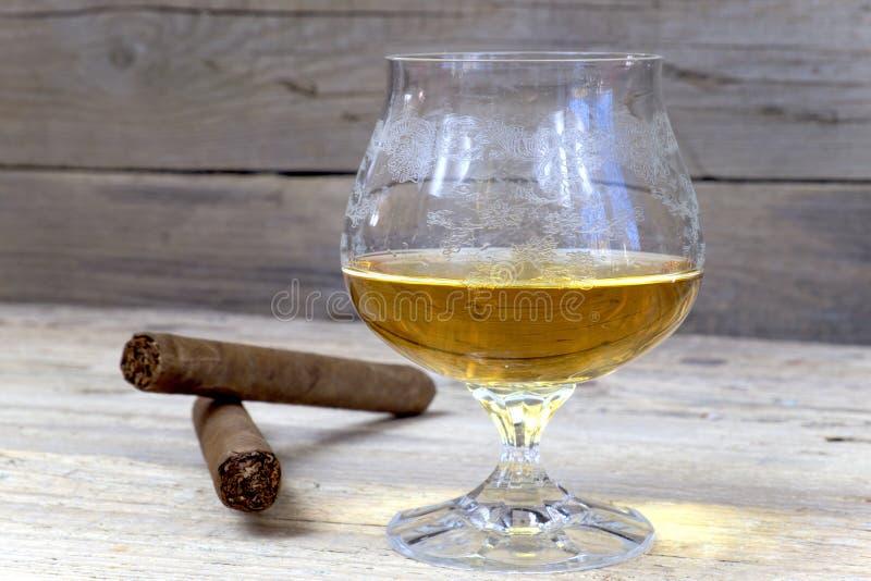 Whiskey cognac eau de vie fine et cigare sur la table en - Place du verre a eau sur une table ...