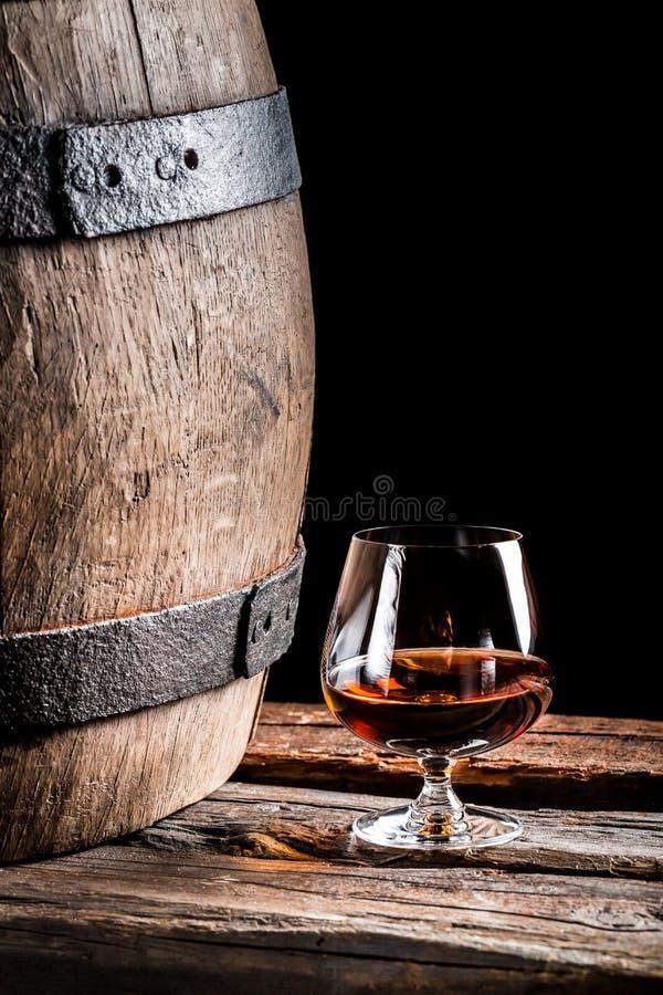 Verre de cognac dans la vieille cave images stock