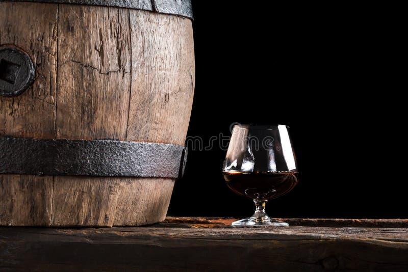 Verre de cognac et de vieux baril en bois photo libre de droits
