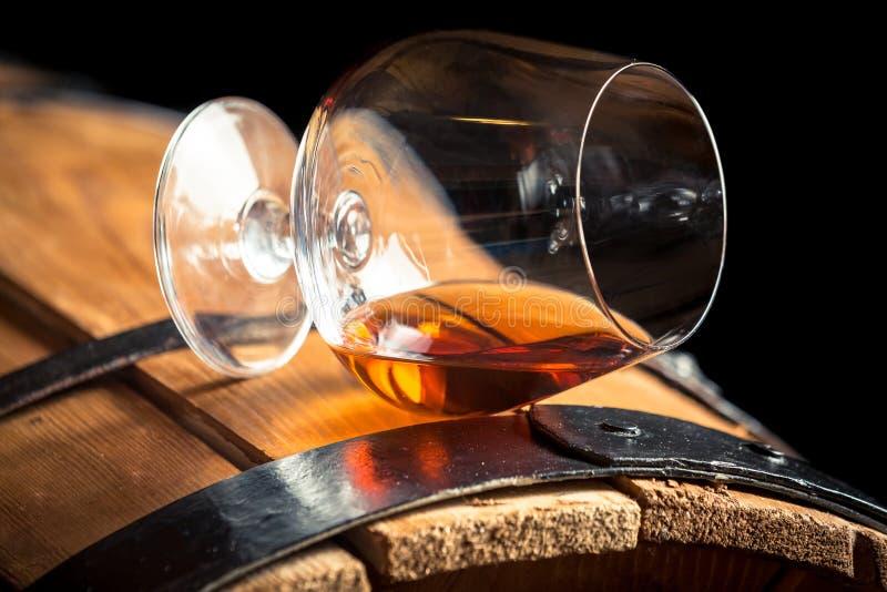 Verre de cognac sur le vieux baril image stock