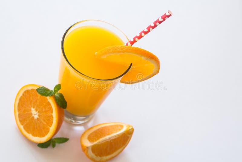 Verre de Juice With Heart Straw orange frais sur le blanc images stock