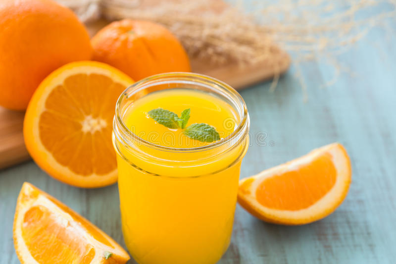 Verre de Juice With Mint Leaf orange frais image libre de droits