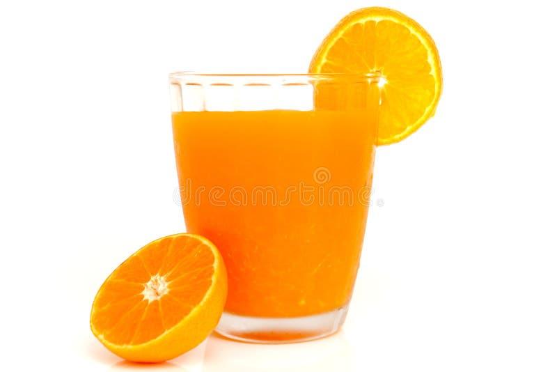 Verre de jus d'orange avec des tranches oranges image libre de droits