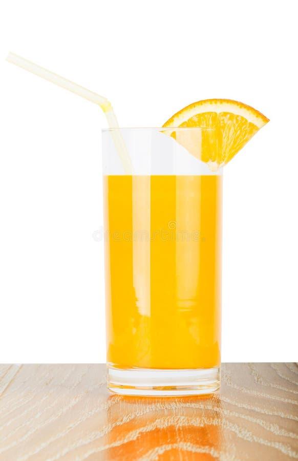 Verre de jus d'orange avec la tranche sur la table en bois photos stock