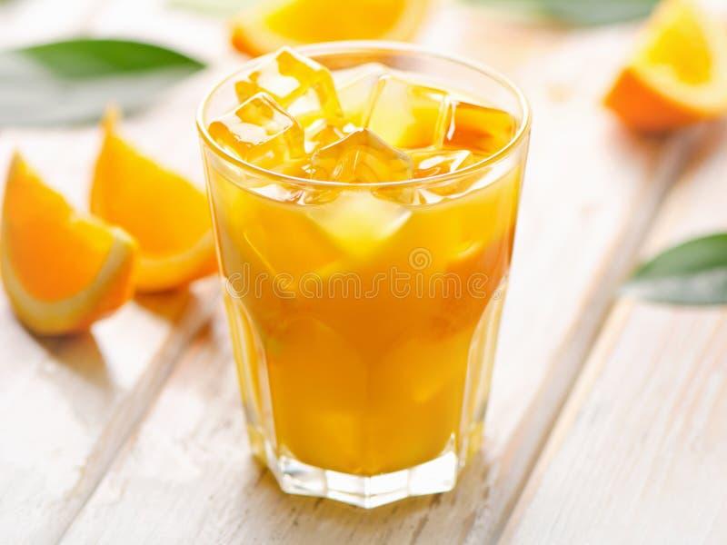 Verre de jus d'orange frais avec de la glace photo libre de droits