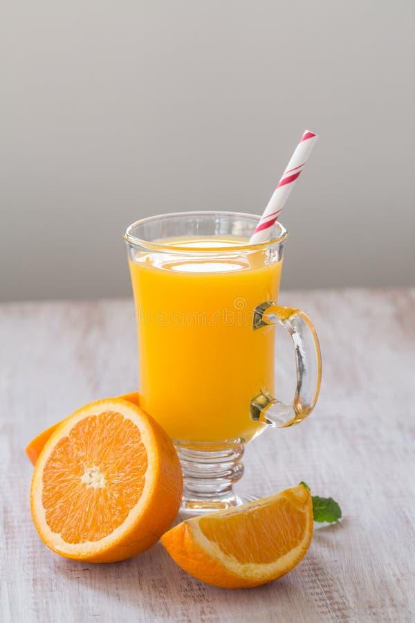 Verre de jus d'orange frais de petit déjeuner image libre de droits