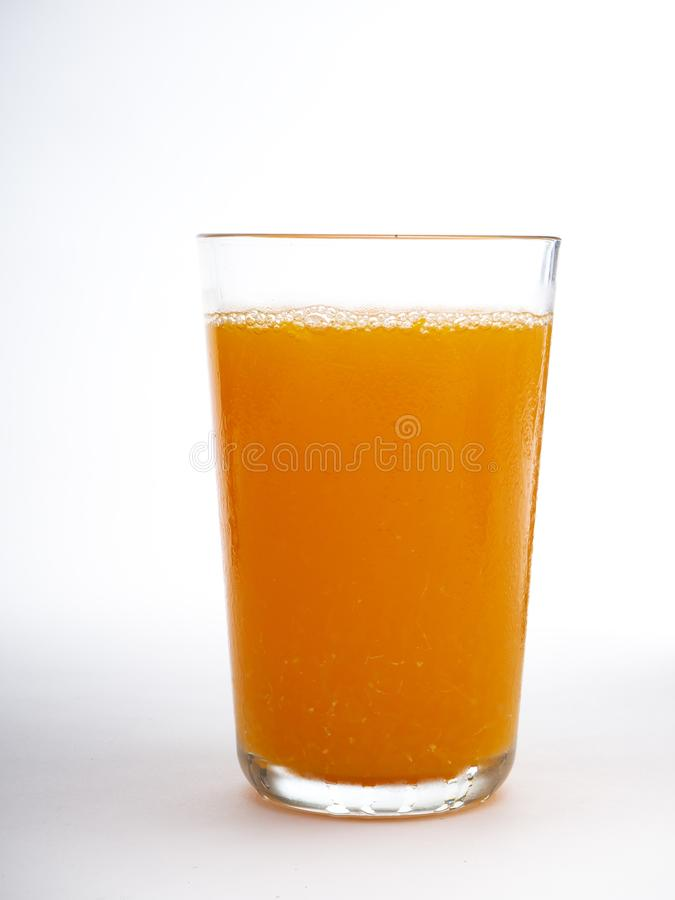 Verre de jus d'orange sur le blanc photo stock