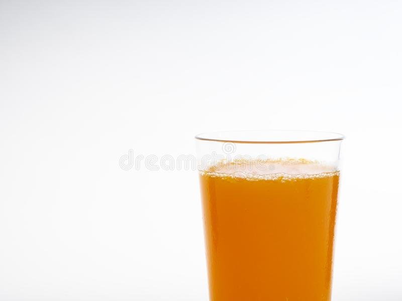Verre de jus d'orange sur le blanc photographie stock