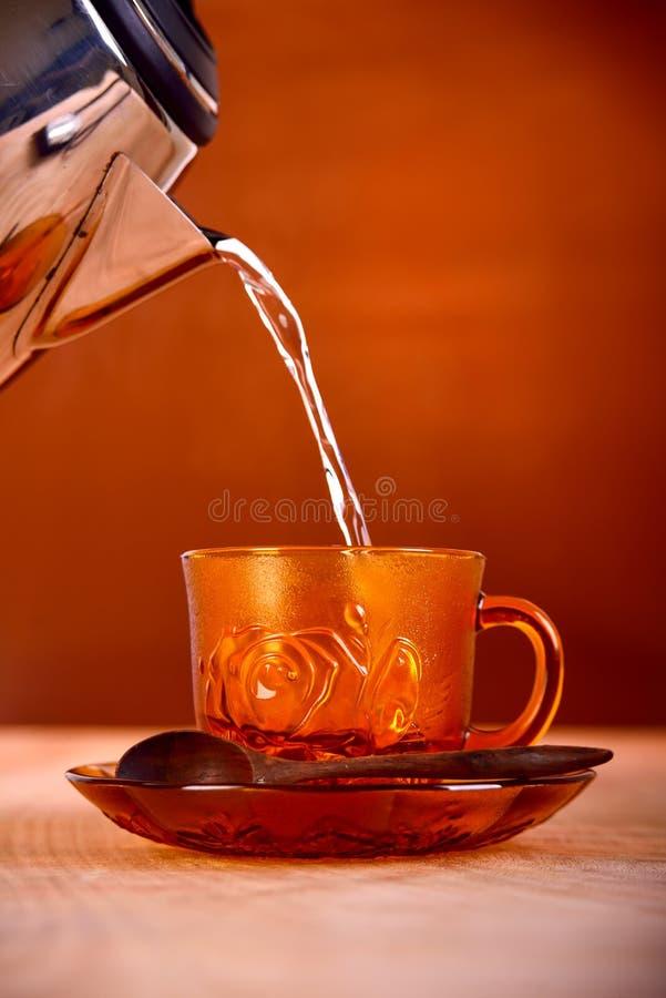 Verre de jus d'orange sur le fond brun photographie stock libre de droits