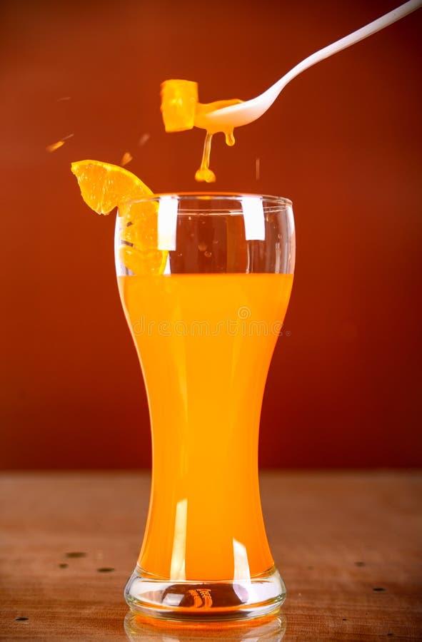 Verre de jus d'orange sur le fond brun photo libre de droits