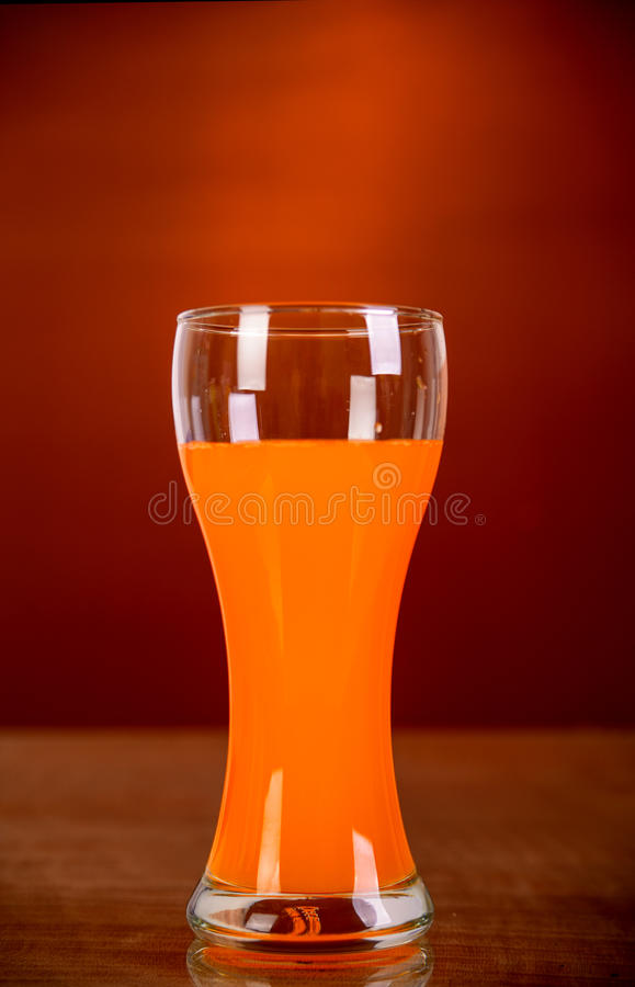 Verre de jus d'orange sur le fond brun photo stock