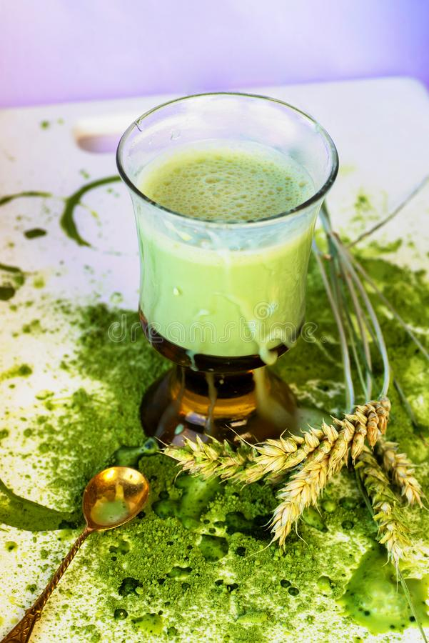 Verre de jus d'orge photo stock