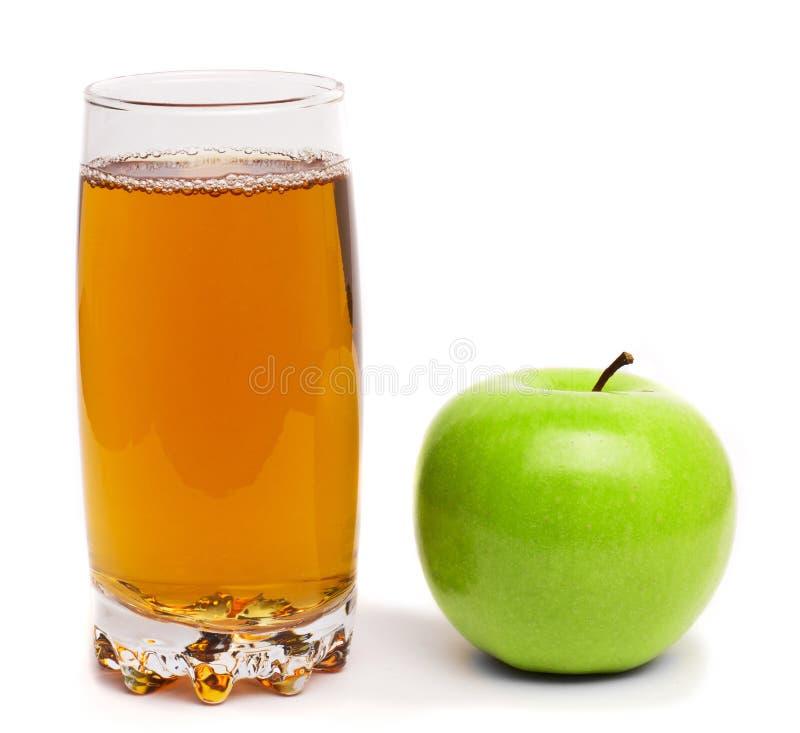Verre de jus de pomme et de pommes vertes d'isolement photographie stock