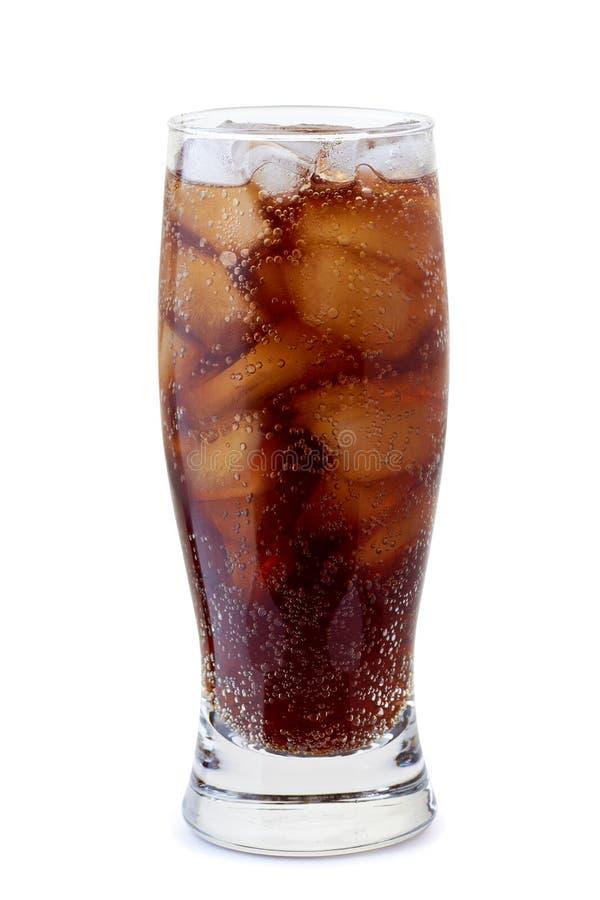 Verre de kola avec des glaçons sur le blanc photos stock