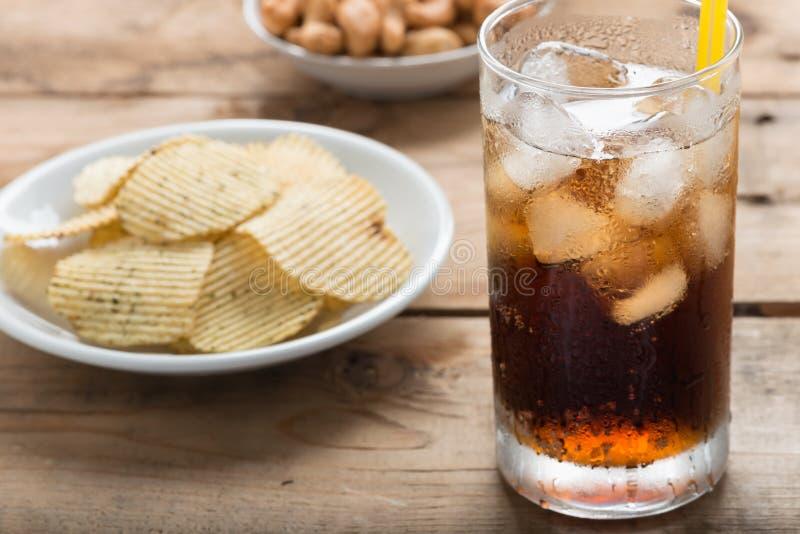 Verre de kola avec des pommes chips image libre de droits