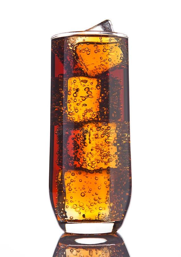 Verre de kola avec la réflexion de glaçons et de bulles image libre de droits