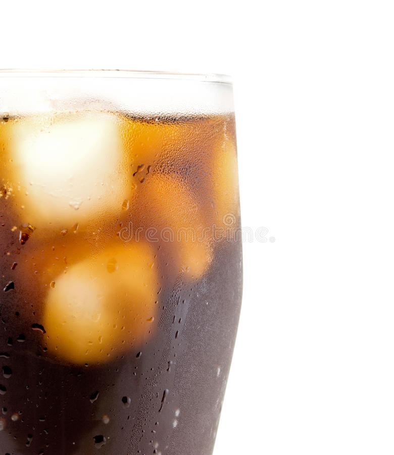Verre de kola avec le macro haut étroit de glaçons d'isolement sur le blanc image libre de droits
