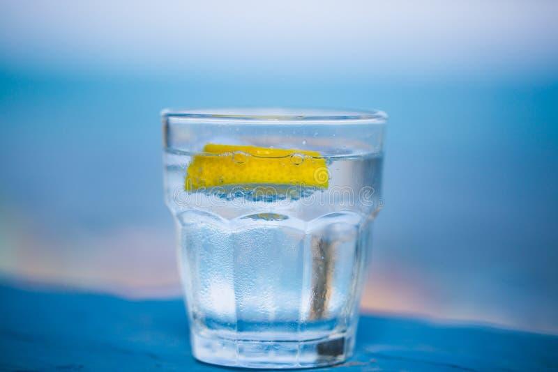 Verre de l'eau, fond bleu photos stock