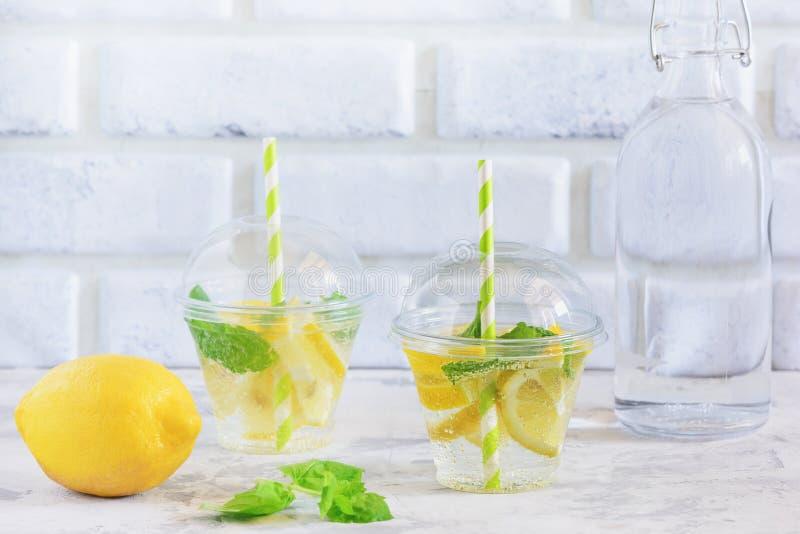 Verre de l'eau fraîche fraîche de vitamine avec la menthe de citron photos libres de droits