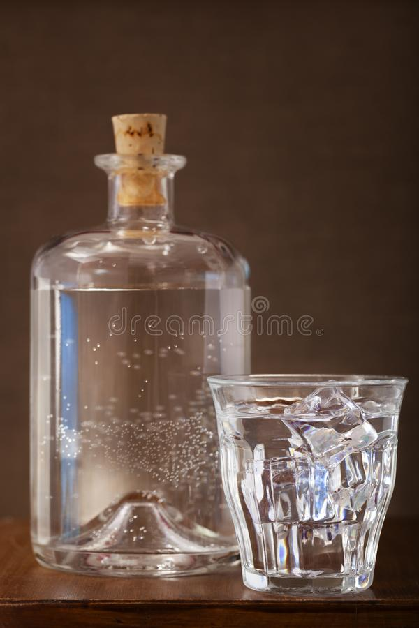 Bouteille d 39 eau glac e photo stock image du minerai - Place du verre a eau sur une table ...