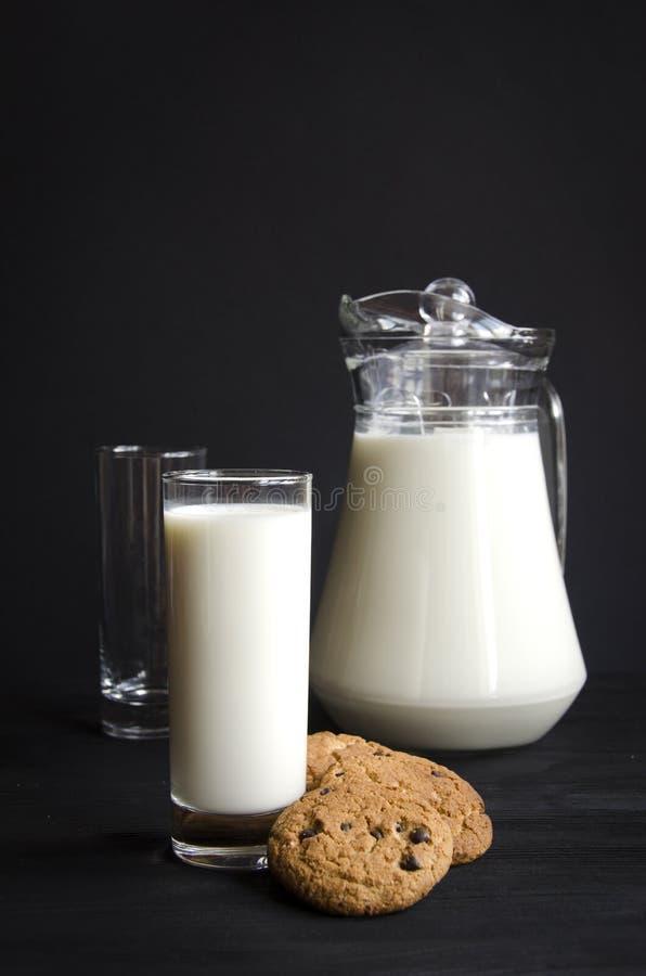 Verre de lait avec des gâteaux images libres de droits
