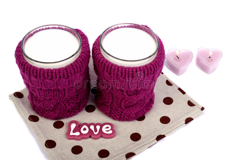 Verre de lait dans un support de tasse tricoté photos libres de droits