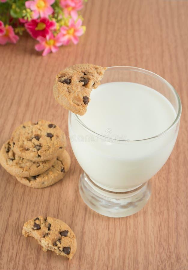 Verre de lait et de gâteaux aux pépites de chocolat photo stock