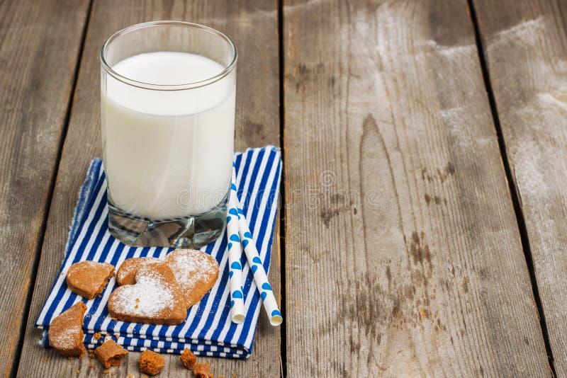 Verre de lait sur une table en bois rustique image libre de droits