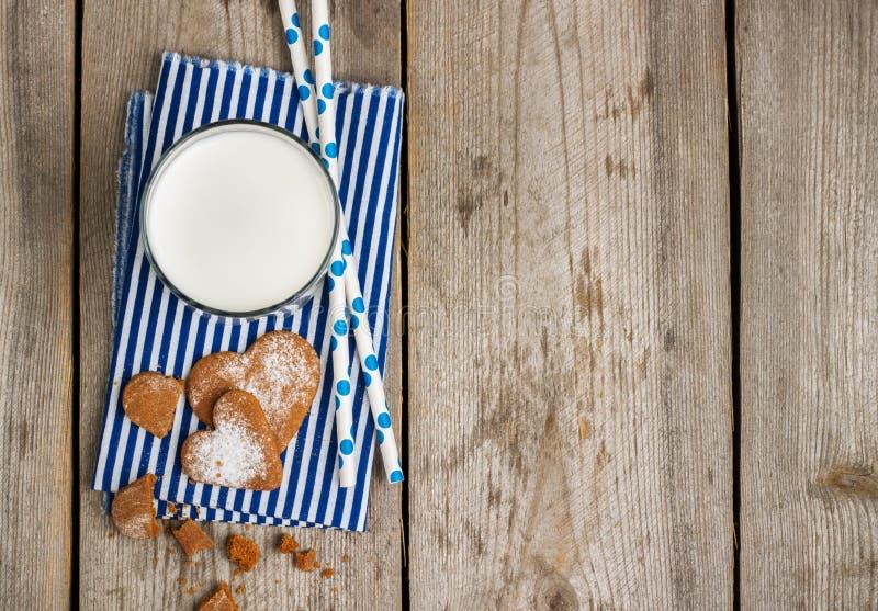 Verre de lait sur une table en bois rustique photos stock