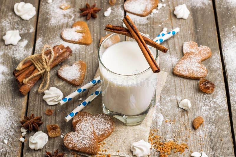 Verre de lait sur une table en bois rustique photo stock