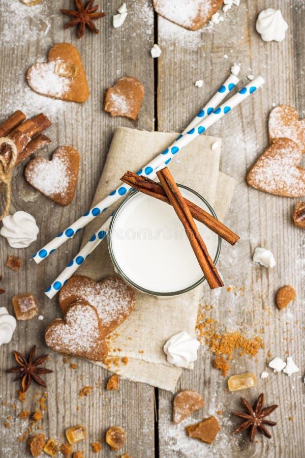 Verre de lait sur une table en bois rustique images libres de droits