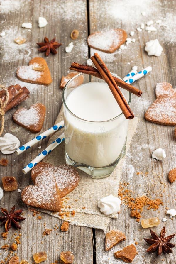 Verre de lait sur une table en bois rustique photo libre de droits