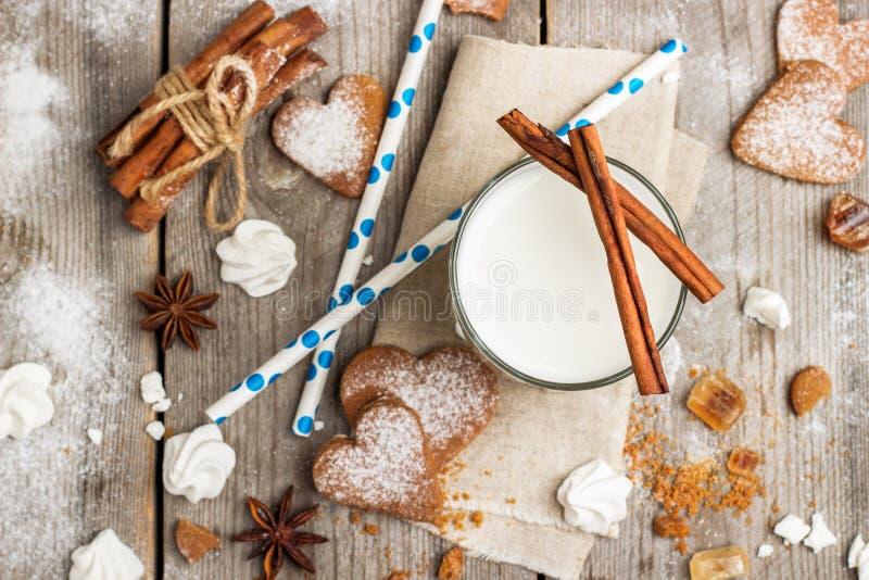 Verre de lait sur une table en bois rustique photographie stock