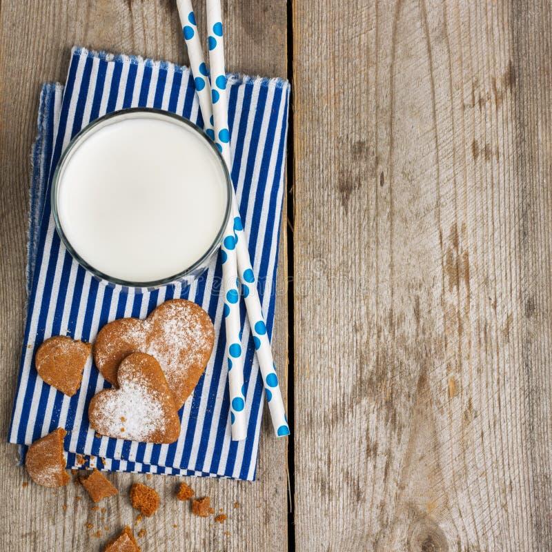 Verre de lait sur une table en bois rustique images stock