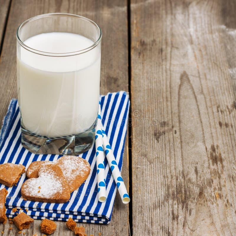 Verre de lait sur une table en bois rustique photographie stock libre de droits