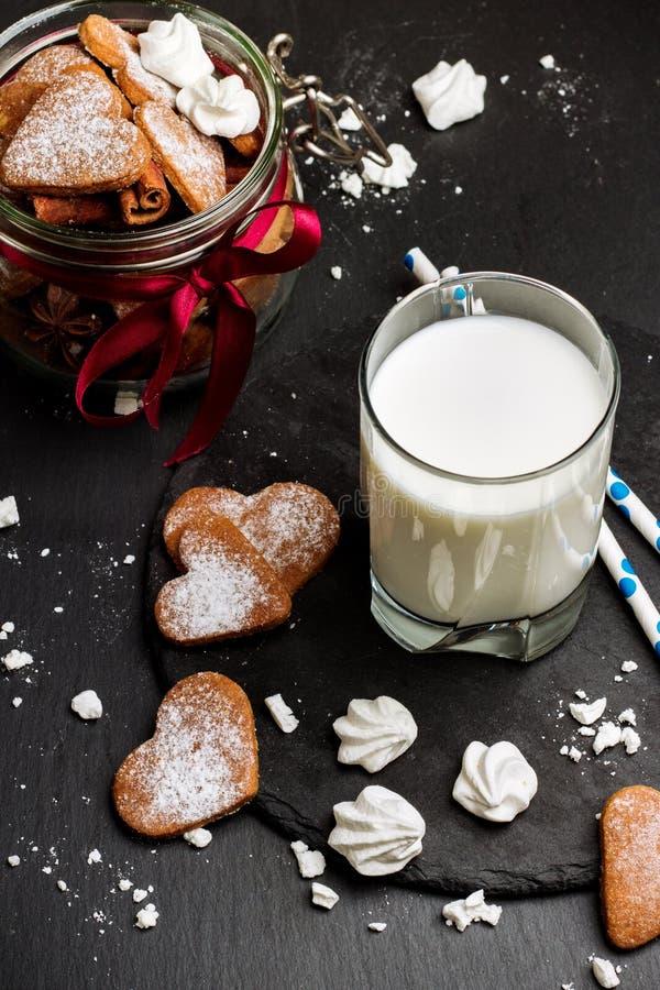 Verre de lait sur une table noire grunge photo libre de droits