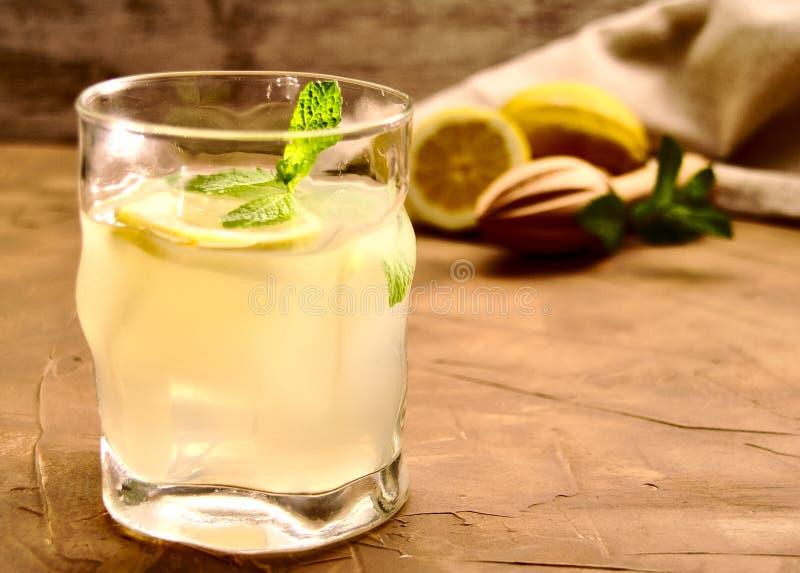Verre de limonade, de glaçons et de menthe poivrée images stock