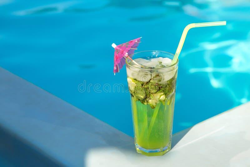 Verre de Mahito près de la piscine photos stock