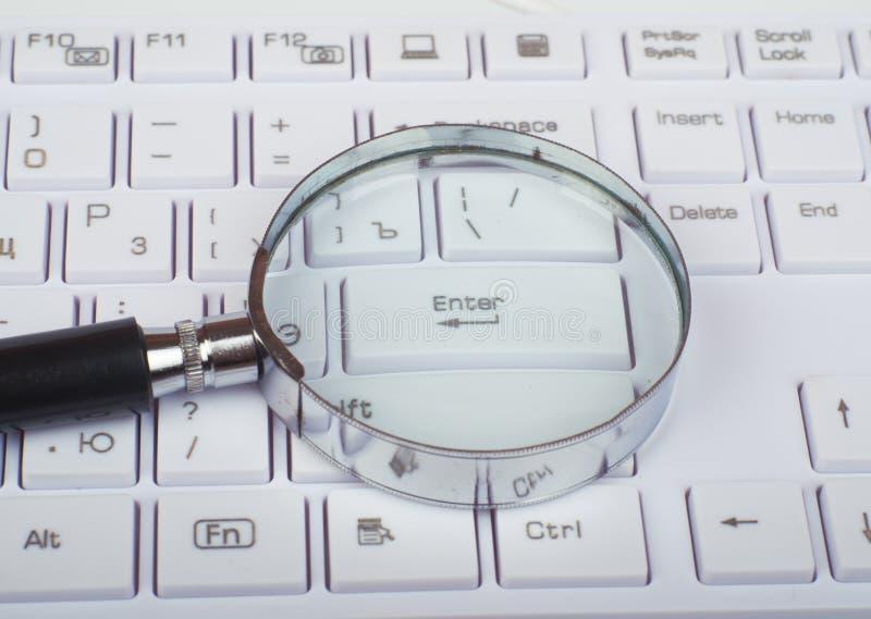 Verre de main sur le clavier images libres de droits