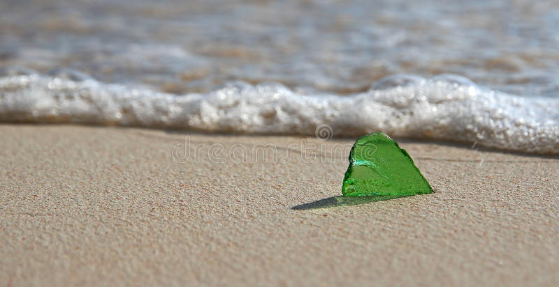 Verre de mer sur le rivage photo stock