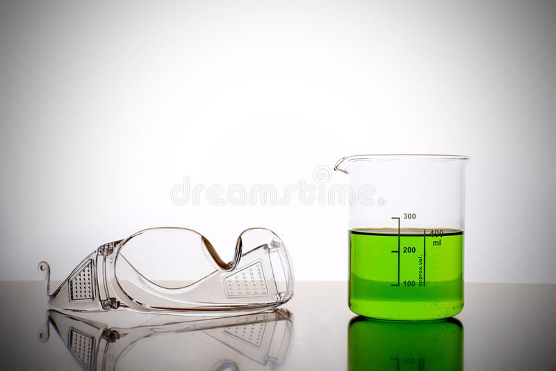 Verre de mesure avec des lunettes de sécurité images stock
