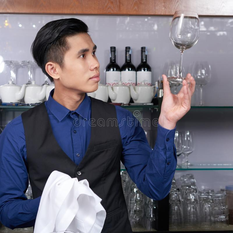 Verre de nettoyage de barman photo libre de droits