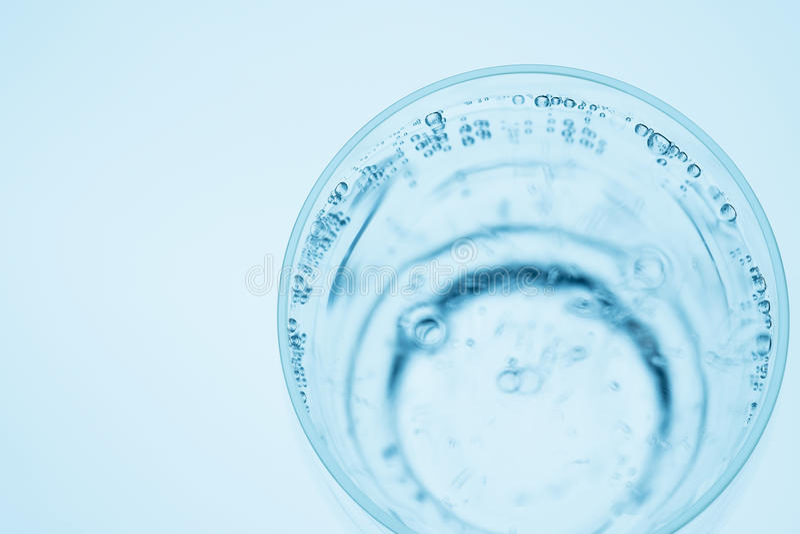 Verre de plan rapproché de l'eau minérale avec des bulles d'air images libres de droits