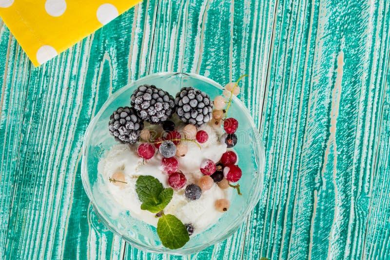Verre de sorbet avec la crème glacée  photographie stock libre de droits