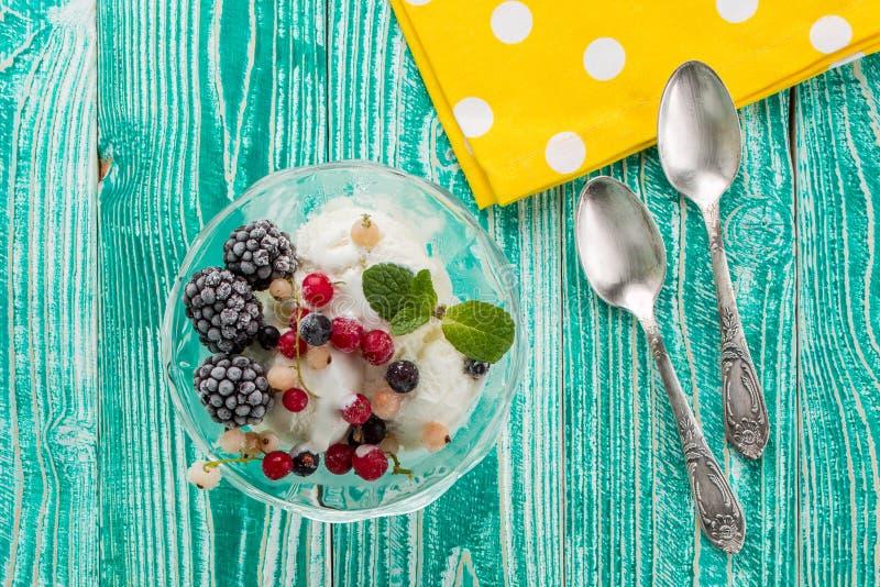 Verre de sorbet avec la crème glacée  photographie stock