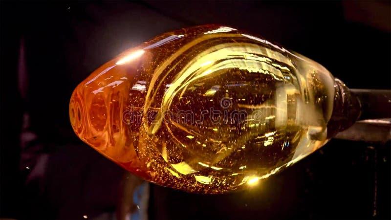 Verre de soufflement, four en verre, image d'une usine produisant la tasse en verre, soufflement en verre dans l'usine photographie stock libre de droits
