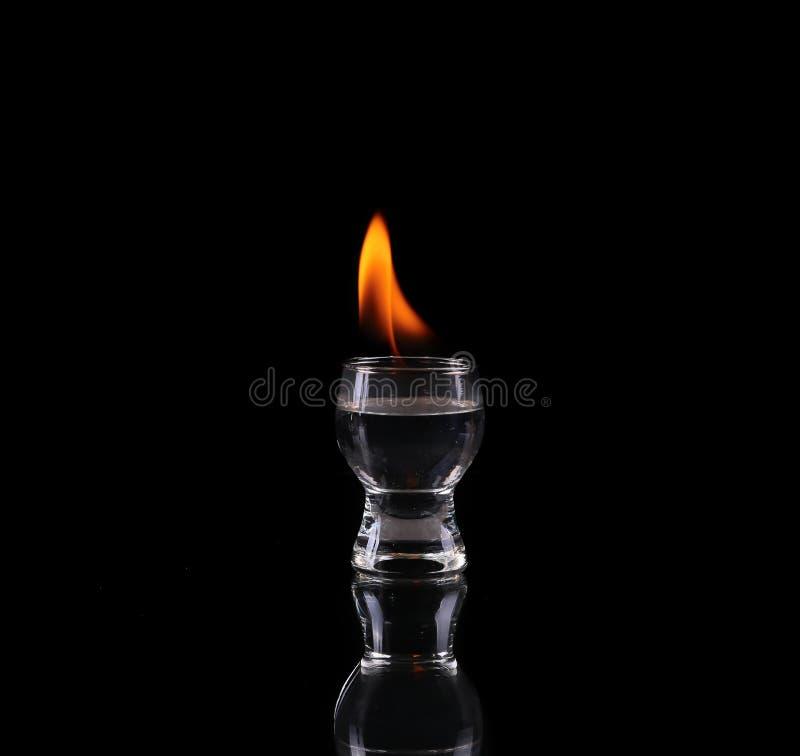 Verre de tequila et de flammes photo stock